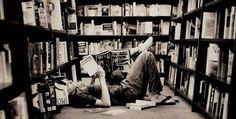 """« L'uomo costruisce case perché è vivo ma scrive libri perché si sa mortale. Vive in gruppo perché è gregario, ma legge perché si sa solo. La lettura è per lui una compagnia che non prende il posto di nessun'altra, ma che nessun'altra potrebbe sostituire. »    [Daniel Pennac, """"Come un romanzo""""]"""