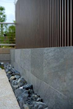 外構施工例『建物と合わせない、天然石のエクステリア』No.20 Modern Garden Design, Modern House Design, Diy Backyard Fence, Aluminium Gates, Front Gate Design, Compound Wall, Boundary Walls, Front Gates, Black Marble