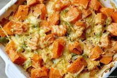 Ovenschotel met kip en zoete aardappel 500 gram kipfilet 1 groene paprika, in blokjes 1 rode ui, gesnipperd 4 lente-uitjes, in ringetjes 1 teentje knoflook, fijngehakt 200 gram crème fraîche mespunt cayennepeper (of meer naar smaak) ½ theelepel paprikapoeder Handje geraspte oude kaas