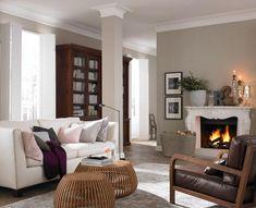 Natürliche Holztöne und elegante Einzelstücke, kombiniert mit modernen Accessoires: In diesem Wohnzimmer fühlen Sie sich wie auf dem Land.