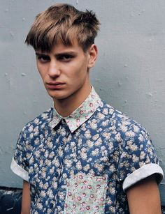 charybde: Ben Allen in Floral for men (topman) Men's Fashion, Autumn Fashion, Fashion Looks, Fashion Trends, Haircuts For Men, Dapper, Dress To Impress, Printed Shirts, Men Casual