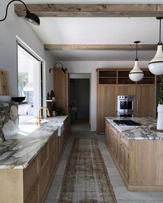 Another one while everything else is in the works and because I love this kitchen Interior Desing, Interior Exterior, Kitchen Interior, Farmhouse Kitchen Island, Kitchen Dining, Kitchen Decor, Eclectic Kitchen, Country Look, Classic Kitchen