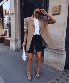 Biker Shorts: How to Wear Cyclist Bermuda. - Looks - Biker Shorts Style Blazer, Look Blazer, Blazer And Shorts, Blazer Outfits, Short Cycliste, Look Legging, Look Fashion, Fashion Outfits, Casual Chic Outfits