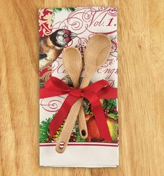 Just a kitchen towel tied up with some wooden spoons, but how cute is that?