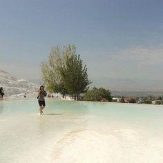 Apesar dos tons de azul e verde esse lugar conhecido como Castelos de Algodão é extremamente #branco. É um conjunto de piscinas termais de origem calcária que com o passar dos séculos formaram bacias gigantescas de água que descem em cascata numa colina. Está situado próximo a Denizli na Turquia.  #viajarcorrendo #thefabulousproject #turquia #turkey #pamukkale #castelosdealgodao #blogsdeviagem #blogsdeturismo #blogueirosdeviagens #maniadeviagem #viciadaemviagem