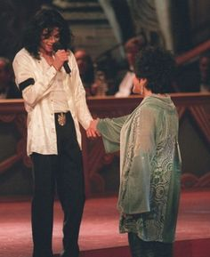 Elizabeth Taylor wearing Charles and Patricia Lester in 1997 with Michael Jackson