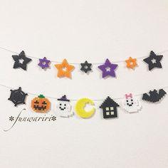 アイロンビーズ工房 ✼ funwariri ✼さんはInstagramを利用しています:「⑅︎* ・ ハロウィンモチーフと ハロウィンカラーの星を合わせて⸜(๑⃙⃘'ᵕ'๑⃙⃘)⸝⋆︎* ・ ・ どこに行っても ハロウィン仕様になっているのが可愛くて 飾りつけばかりに目がいってしまいます𓃠✩︎⡱ ・ ・ ・ ❁︎❁︎minneにてガーランド販売中です❁︎❁︎ ❁︎❁︎プロフィールのURLから…」 Halloween Beads, Halloween Party, Hama Beads, Perler Bead Disney, Jobs In Art, Disney Valentines, Xmas Photos, Motifs Perler, Pixel Art
