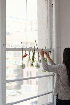 麻紐などに好みの植物やお花をくくりつけます。さりげなくナチュラルなインテリアに。