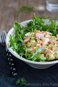 Heerlijk gerecht met krokante zalm en aardappelsalade uit de reeks van Donna Hay