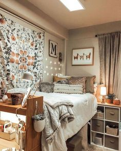 33 Awesome College Bedroom Decor Ideas And Remodel - 33 Bedroom Design Ideas - Dorm Room Cozy Dorm Room, Dorm Room Walls, Cute Dorm Rooms, Girl Dorm Rooms, Girls Bedroom, Dorm Room Themes, Dorm Room Storage, College Dorm Storage, Dorm Room Desk