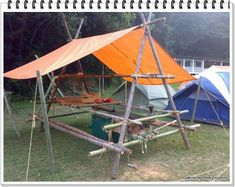"Mesa amplia hecha con 2 ""A"". Descargar plano en: http://www.pioneeringmadeeasy.co.uk/camping/Tablbenchv1.html"