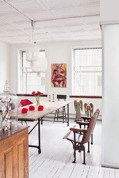 De cine - AD España, © manolo ylleraSillas de cine antiguas y lámparas de techo de tela hechas por los propietarios. Al fondo, dcha., ángeles de madera sudamericanos de los años 60 y silla de oficio de hierro. En la pared, dibujo vintage de un mercadillo.