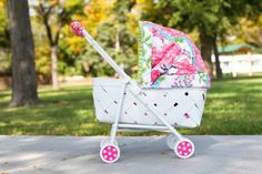 DIY Broken plastic stroller to faux-vintage baby pram. We have an ungodly amount of broken plastic baby strollers at home.time to make this work. Cheap Strollers, Baby Doll Strollers, Baby Prams, Apple Dolls, Muñeca Diy, Dolly Doll, Vintage Pram, Dolls Prams, Baby Buggy