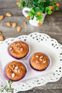 Briose cu migdale si stafide - Arome de poveste Cheesecake, Deserts, Muffin, Gluten, Breakfast, Food, Morning Coffee, Cheesecakes, Essen