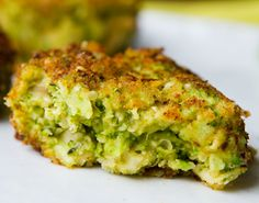Vegan Cheesy Broccoli Fritters with hemp seeds Low Carb Recipes, Cooking Recipes, Healthy Recipes, Vegetable Recipes, Vegetarian Recipes, Broccoli Fritters, Broccoli Patties, Quinoa Broccoli, Czech Recipes