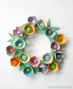 Une couronne de fleurs dans des boites d'oeufs - La cabane à idées