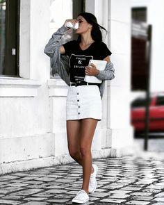 My style. My street Style  Minha saia Deusa é da @lojadwz e o casaquinho também. A T-SHIRT é da @brytchjeans ela é maravilhosa
