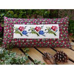 Begüldan Basma - Kanaviçe Yastık - Kırmızı Mavi Çiçek Deseni ürününü %24 indirimle hemen satın alın!