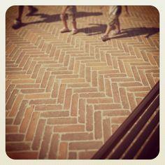 Piazzetta della Misericordia a Terricciola in provincia di Pisa, bellissimo #recupero della #pavimentazione in cotto realizzata con #mattoni anticati #Solava