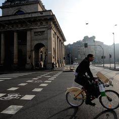 #Milano senza auto per il blocco totale del traffico a causa dello smog