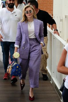 Chloe Grace Moretz from The Big Picture: Today's Hot Photos Powerful in purple! The Carrie actress looks business chic in a purple suit while arriving in Venice for the Venice International Film Festival. Chloe Grace Moretz, Petite Fashion, Womens Fashion, Purple Suits, Star Clothing, Business Chic, Mode Chic, Blazer Outfits, Soft Summer