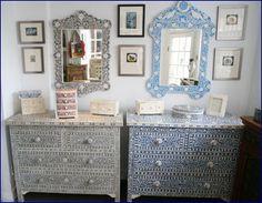 I mobili indiani siano essi di piccole che grandi dimensioni, contengono in se un fascino particolare evocato da linee e rifiniture ricercate in cui le decorazioni arricchiscono i mobili