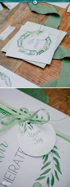 Hochzeitseinladung aus Perlmutt Papier, quadratisch und mit Anhänger. So ladet ihr eure Gäste im Greenery Stil ein. Reduzierte Schrift kombiniert mit feinen Aquarell Elementen.