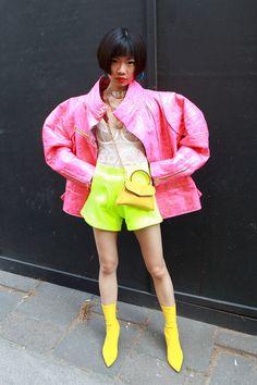 Une invitée color block  Une envie de faire le buzz nous direz-vous, mais peu importe on n'en attendait pas moins des modeuses de Londres.   © Barcroft Media / Getty Images Street Looks, Street Style, Red Leather, Leather Jacket, Glamour, Fashion Week, Vanity Fair, Shopping, Images
