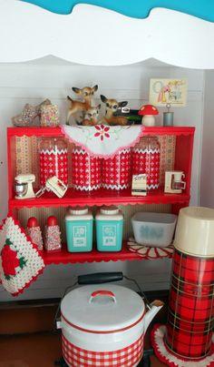 Caravane : petit coin dinette pour les filles (papier vénillia rouge à pois blancs sur porte du fridge et sur étagères placards de la cuisine = beaucoup plus sympa !)