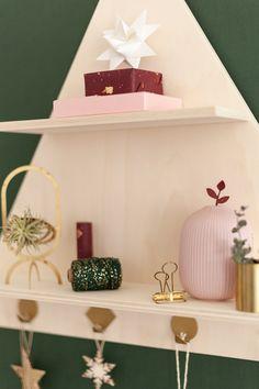 Fábrica de Imaginación · Moda y Diseño DIY   DIY Árbol de Navidad con estantería triangular Floating Shelves, Christmas, Home Decor, Xmas, Diy Decorating, Tutorials, Creativity, Blue Prints, Decoration Home