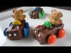How to make Teddy Graham race cars using Snickers candy bars and M's. (chocolate candy cake how to make) Teddy Graham Cars, Graham Candy, Fudge, Chocolate Candy Cake, Race Car Cakes, Snickers Candy Bar, Candy Car, Teddy Grahams, Best Party Food