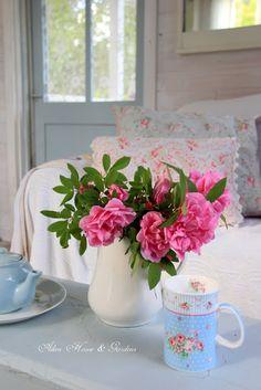 Aiken House & Gardens: Romantic Rose Garden (A bouquet of roses in the Gardener's Cottage)