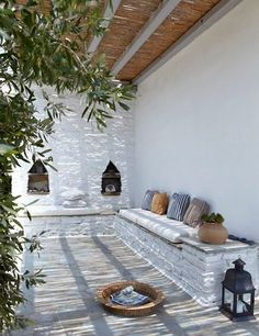 Colour scheme and pergola. Built-in seating and Moroccan de. Colour scheme and pergola. Built-in seating and Moroccan details. Patio Interior, Modern Interior, Interior And Exterior, Interior Design, Ibiza Style Interior, Cafe Exterior, Exterior Signage, Stucco Exterior, Cottage Exterior