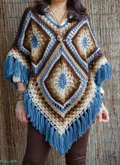 Patron ponchos juveniles tejidos a crochet Crochet Afghans, Gilet Crochet, Crochet Poncho Patterns, Crochet Jacket, Crochet Granny, Crochet Scarves, Crochet Shawl, Crochet Clothes, Knitting Patterns