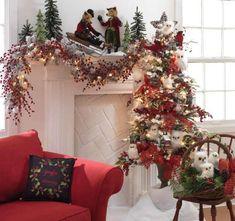verdetalles decorativos en el sofa color rojo y la chimeneaWhite owl Christmas Tree