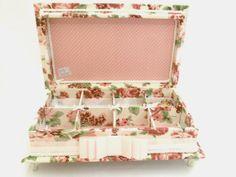 Linda caixa forrada em tecido para guardar acessórios ou bijuterias. Temos outros tecidos. R$ 165,00