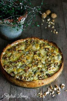 Kartoffelquiche mit Speck, Roquefort und Walnüssen - ein köstlich aromatisches Gericht für kalte Tage. Würzigen Käse und viele weitere Produkte findest Du online in unserem Shop: https://gegessenwirdimmer.de/