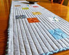 New modern machine quilting patterns table runners 66 Ideas Modern Table Runners, Quilted Table Runners, Machine Quilting Patterns, Quilt Patterns, Quilting Ideas, Sewing Patterns, Knitting Needle Storage, Table Runner Pattern, Hexagon Quilt