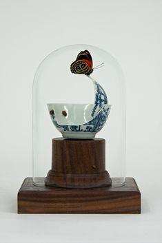 L'artiste londonien Bouke de Vries utilise de la vaisselle brisée en porcelaine pour différentes oeuvres qui vont de la restauration qui crée des objets hybrides aux créations originales en utilisant leurs morceaux en passant par des reproductions transparentes qui contiennent l'objet cassé.