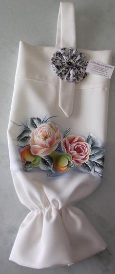 Puxa sacos pintado a mão livre em tecido oxford cor palha.