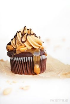 """Gastbeitrag: Snickerscupcakes von """"Herzfutter"""" - Life Is Full Of Goodies Snickers Cupcakes, Butterfinger Cupcakes, Snickers Torte, Cupcake Recipes, Baking Recipes, Cupcake Cakes, Dessert Recipes, Yummy Treats, Sweet Treats"""