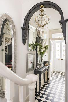 Entrance Hall Decor, House Entrance, Entrance Halls, Modern Rustic Homes, Elegant Homes, Victorian Hallway, Victorian Terrace, Flur Design, Hallway Inspiration