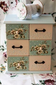 Decoupage Vintage, Decoupage Drawers, Decoupage Furniture, Decoupage Box, Painted Furniture, Diy And Crafts, Paper Crafts, Shabby Chic Crafts, Altered Boxes