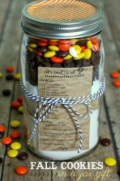 Cookies in a Jar Gift + 12 Fall Printables Fall Cookies in a Jar Gift - so cute, easy and inexpensive! { }Fall Cookies in a Jar Gift - so cute, easy and inexpensive! Mason Jar Cookie Recipes, Mason Jar Cookies, Mason Jar Meals, Mason Jar Gifts, Meals In A Jar, Cookie Jars, Mason Jars, Gift Jars, Cookies In A Jar