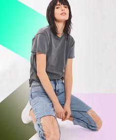 Plastik kaplama dizleriyle yırtık pantolona yeni bir boyut kazandıran kot.