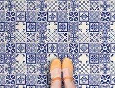 NIEUW! Deze vinyltegel Azulejos heeft een blauw patroon op een witte achtergrond. Door de positionering van de diverse dessins en het wat ruige uiterlijk van het dessin, wordt een Portugese tegel nagebootst. Ontworpen en vervaardigd door Zazous, exclusief verkrijgbaar in Nederland en België bij Funky Friday. Price €19,95