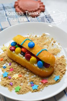 Make this fun & easy treasure chest cake out of Twinkies! Kids will love the treasure full of candy. Perfect for Pirate, Fortnite, or summer parties. Easy Pirate Cake, Treasure Chest Cake, Hostess Cakes, Twinkie Cake, Hostess Twinkies, Fish Candy, Bubble Guppies Birthday, Food Crafts, Fun Desserts