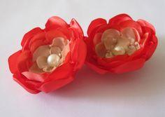 Par de flores de cetim laranja e bege. Podem ser usadas como enfeite de cabelo e/ou broche para enfeitar bolsas, roupas, etc.