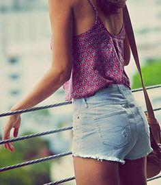 เสื้อกล้ามสีม่วง, กางเกงยีนส์ขาสั้น