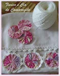 Yo-yo's edged with rickrack. Tutorial for Crochet, Knitting. Crochet Crafts, Crochet Doilies, Crochet Flowers, Fabric Flowers, Fabric Crafts, Crochet Projects, Sewing Crafts, Sewing Projects, Crochet Edgings